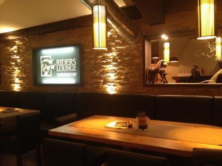 RIDERS LOUNGE Hochsitzbereich in der Bar
